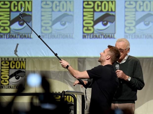 Chris Hardwick e Stan Lee se preparam para a selfie (Foto: KEVIN WINTER / GETTY IMAGES NORTH AMERICA / AFP)