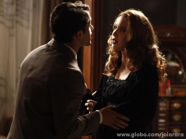 Viktor diz a Sílvia que vai contar a Ernest sobre bebê (Foto: Inácio Moraes/TV Globo)