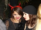 Selena Gomez usa tiara de diabinha para comemorar aniversário