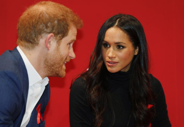 NOTTINGHAM, ENGLAND - DECEMBER 01:   Prince Harry and his fiancee US actress Meghan Markle visit the Terrence Higgins Trust World AIDS Day charity fair at Nottingham Contemporary on December 1, 2017 in Nottingham, England.  Prince Harry and Meghan Markle  (Foto: Getty Images)