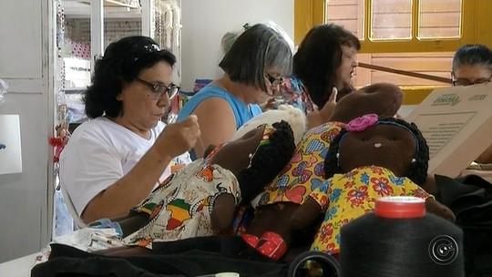 Bonecas de pano feitas em Ourinhos estimulam a autoestima de crianças africanas