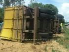 Caminhão carregado com soja tomba na BR-373, e motorista morre na hora