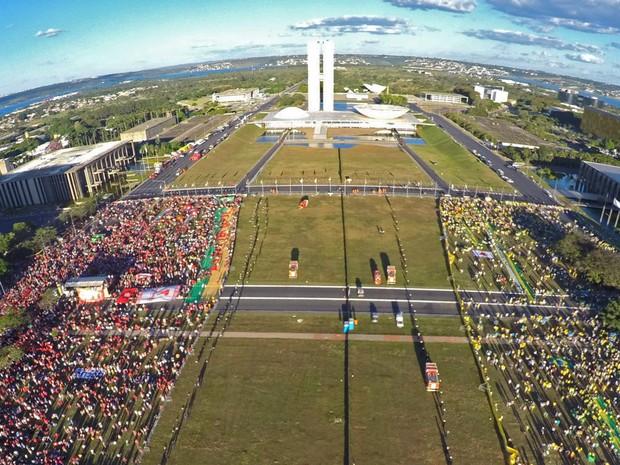 Grupos pró e contra impeachment são vistos separados por cercas na Esplanada dos Ministérios, em Brasília (Foto: Juca Varella/Agência Brasil)