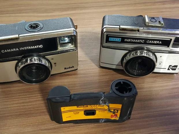 Câmera (dir) comprada em feira com fotos de família  (Foto: Bruno Guimarães/ Arquivo Pessoal)