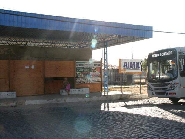 Tapumes fecha parte do terminal que está em obras (Foto: Waldson Costa / G1)