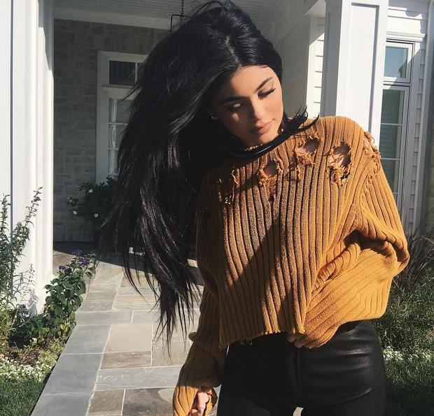 Kylie Jenner usa roupa rasgada e mostra que é tendência (Foto: Reprodução do Instagram)