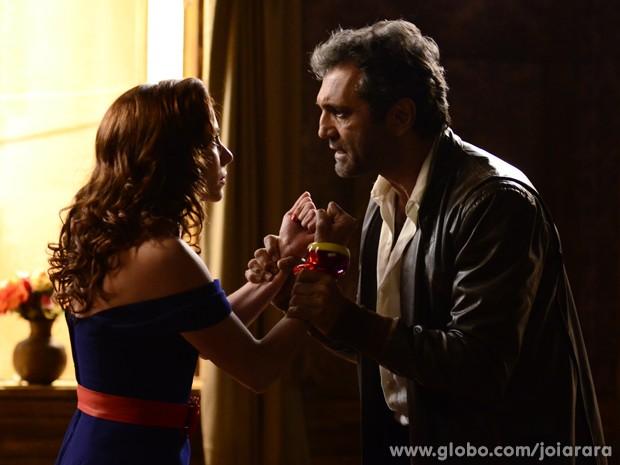 Dália fica furiosa quando Mundo a procura para terminar o namoro (Foto: Ellen Soares/TV Globo)