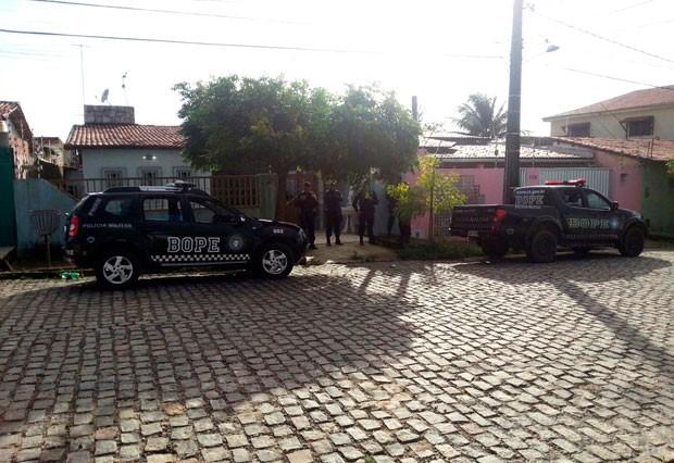 Um dos locais alvo da operação foi uma residência no bairro Parque das Orquídeas, em Parnamirim (Foto: Kléber Teixeira/Inter TV Cabugi)