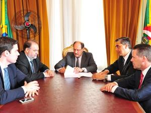 Sartori assina o decreto que prevê a suspensão do pagamento de dívidas (Foto: Luiz Chaves/Palácio Piratini)