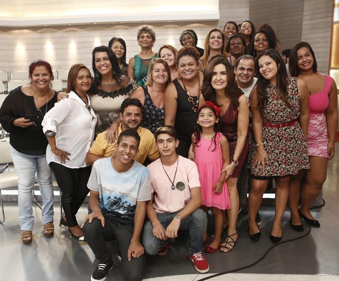 Fátima Bernardes tira foto com a plateia (Foto: Inácio Moraes/Gshow)
