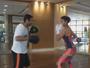 Bruna Marquezine pratica luta em academia após voltar ao Brasil