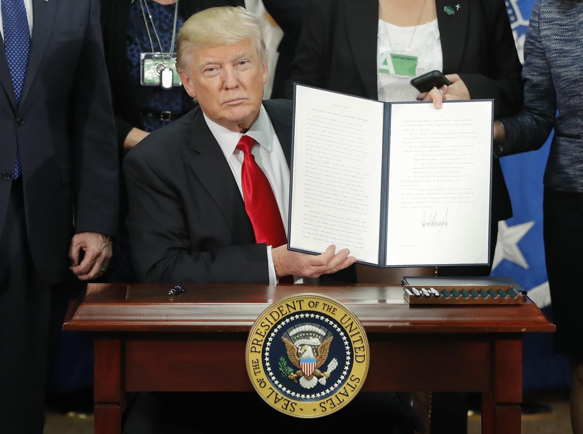 Trump exibe ordem de execução da construção do muro na fronteira entre os EUA e o México