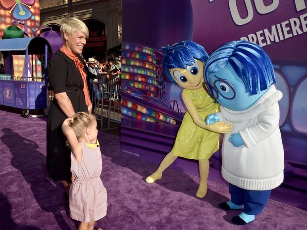 Pink com a filha, Willow Sage Hart, em première de filme em Los Angeles, nos Estados Unidos (Foto: Kevin Winter/ Getty Images/ AFP)