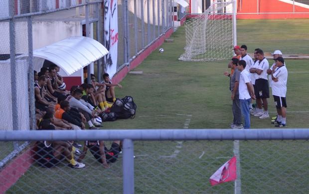 Ernando Rodrigues anuncia aos jogadores a demissão de Dário Lourenço (Foto: João Áquila / GLOBOESPORTE.COM)