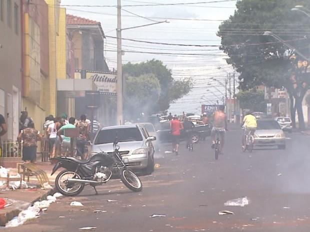 Policiais usaram bombas para dispersar multidão próxima à casa de pai de policiais envolvidos em ocorrência (Foto: Sérgio Oliveira/EPTV)