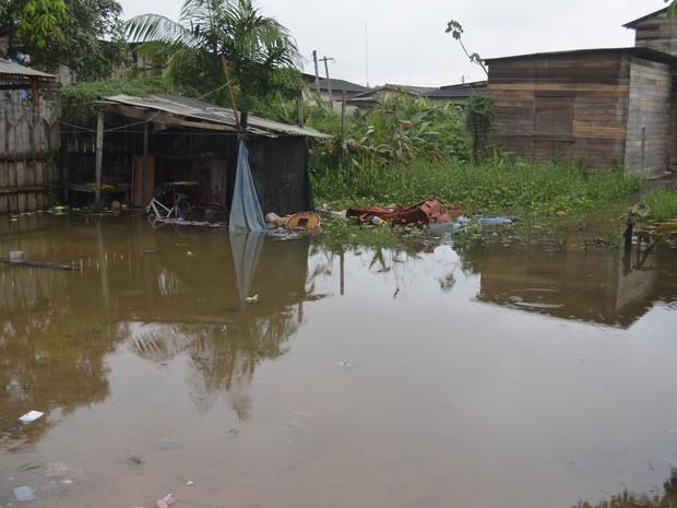 Falta de escoamento deixa casas e quintais alagados em Macapá (Foto: John Pacheco/G1)