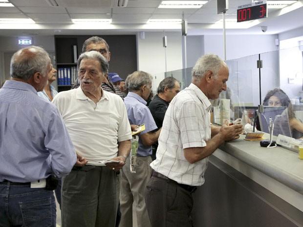 Bancos gregos reabriram nesta segunda-feira, mas saques continuam limitados (Foto: Reuters)