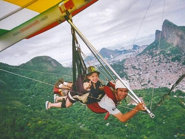 Aos nove anos, Alice Wegmann saltou super feliz de asa delta no Rio de Janeiro. E o medo? Ela conta no vídeo qual foi  (Foto: Arquivo Pessoal)