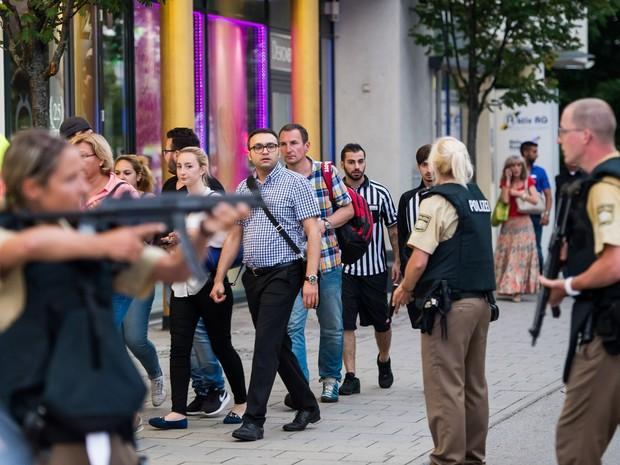Pessoas evacuam shopping em Munique, na Alemanha, após tiroteio no local (Foto: AFP)