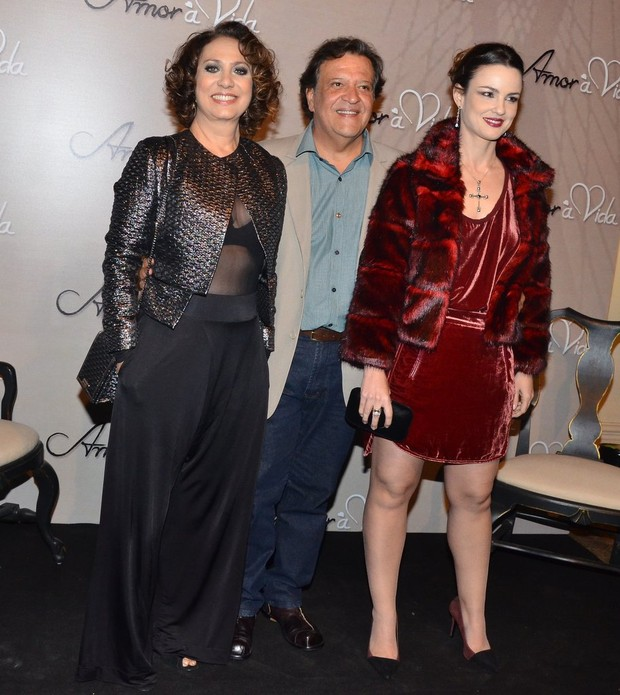 Eliane Giardini, com look transparente, e os colegas Luiz Melo e Carolina Kasting (Foto: Caio Duran e Leo Franco / Agnews)
