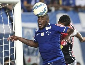 Manoel em disputa de bola na partida contra o Joinville (Foto: Geraldo Bubniak/Light Press/Cruzeiro)