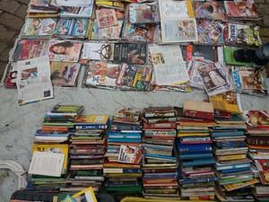 Lona em que ficam expostos os livros, revistas encontradas no lixo e vendidas por R$ 1 (Foto: Ednan Gomes/G1)
