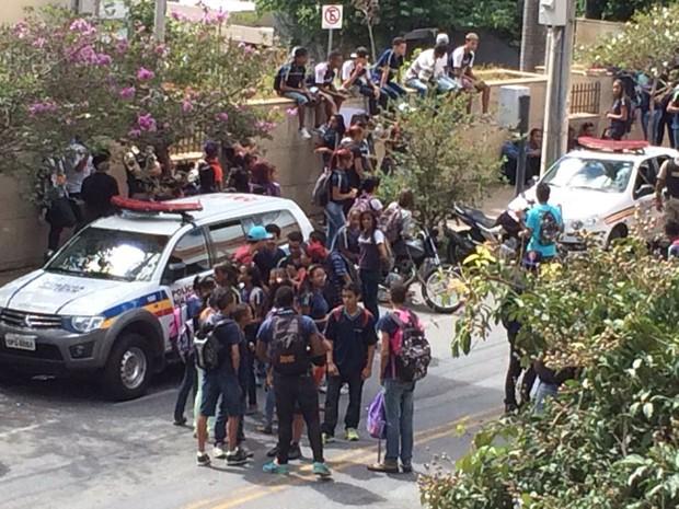 Alunos fazem manifestação em frente à escola na Região Centro-Sul de Belo Horizonte (Foto: Luisa Torres/TV Globo)