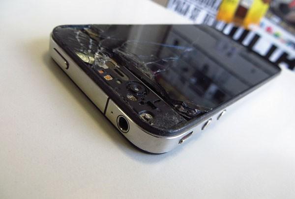 SEMPRE TEM: Perguntamos na redação se alguém tinha um iPhone quebrado e o Danilo Saraiva, da Quem, apareceu com esse (Foto: revista galileu)