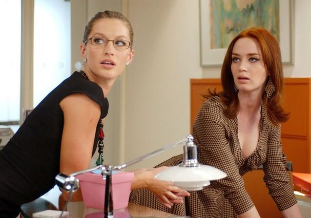"""Gisele Bündchen e Emily Blunt em """"O Diabo Veste Prada"""" (Foto: Reprodução)"""