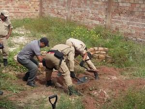 Bombeiros acharam corpo em terreno onde há construções, no bairro Jutaí (Foto: Daniele Gambôa/TV Tapajós)