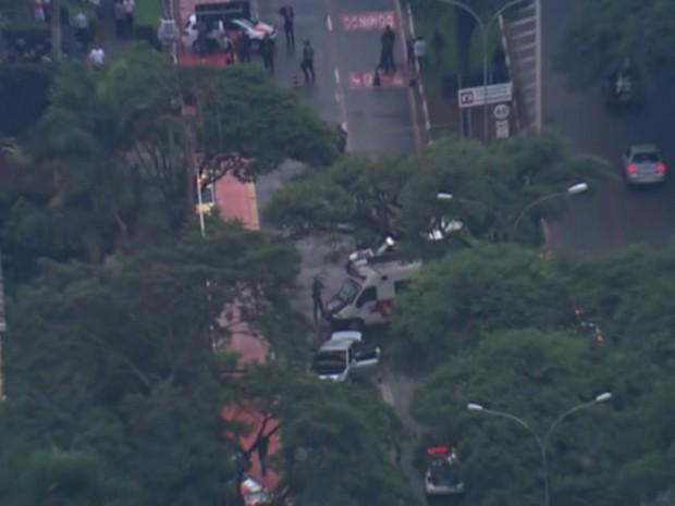 Dois veículos furaram uma blitz na Avenida Lineu de Paula Machado, em frente ao Jockey Club, e efetuaram disparos contra os policiais. (Foto: Reprodução TV Globo)