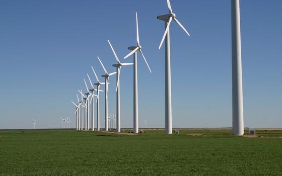 Cataventos de uma usina eólica no Texas. Uma rede de abastecimento interligada em países grandes como os EUA - e o Brasil - podem reduzir as variações por condições meteorológicas locais (Foto: Divulgação Brazos Wind Farm/Creative Commons)