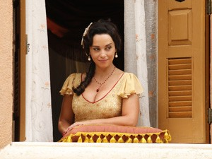 A rotina de Glória é fica na janela de casa espiando a rotina de Ilhéus (Foto: Gabriela / TV Globo)