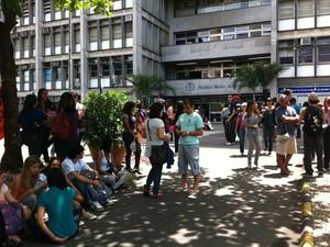 Domingo (23) - Rio de Janeiro - Pessoas aguardam início das provas na porta da Uerj (Foto: G1)