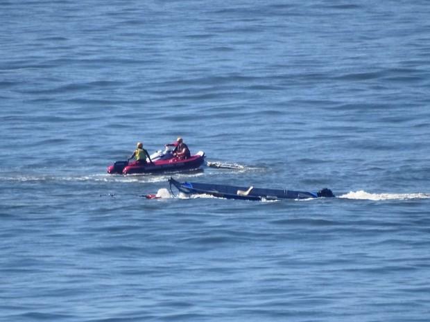 Bombeiros tentam puxar barco que afundou no mar em São Vicente, SP (Foto: Roberto Strauss / G1)