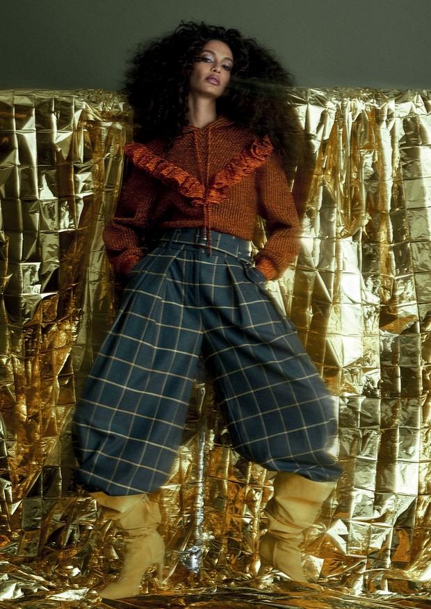 Tricô, R$ 2.995, Gig Couture; calça, R$ 998, A.Brand. Botas, R$ 1.600, Fernando Pires. (Foto: Zee Nunes)