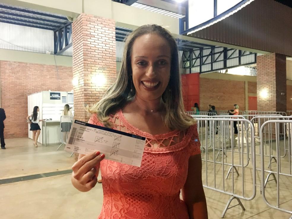 Rafaela Alves de Carvalho, de 34 anos, garantiu o seu ingresso no primeiro dia de venda (Foto: Heloise Hamada/G1)