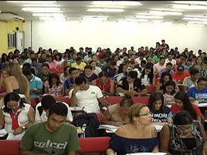 Estudantes assistem aula em curso preparatório para concursos em São Luís (Foto: Reprodução/TV Mirante)