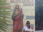 Flávia Sampaio leva o filho na igreja de São Judas Tadeu