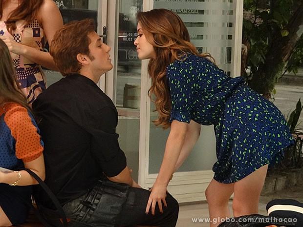 Flaviana dá mole escancarado para Serguei no salão (Foto: Malhação / TV Globo)