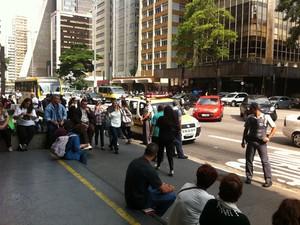 CET interdita trânsito em pista na Avenida Paulista (Foto: Julia Basso Viana/G1)