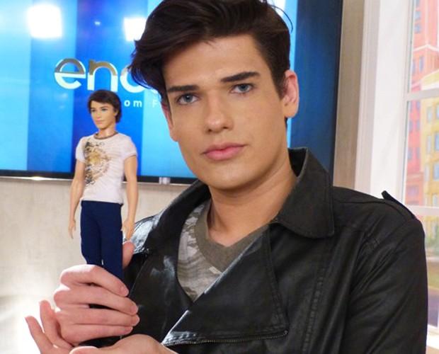 Ken Humano com boneco que o inspirava (Foto: Encontro com Fátima Bernardes / GShow)