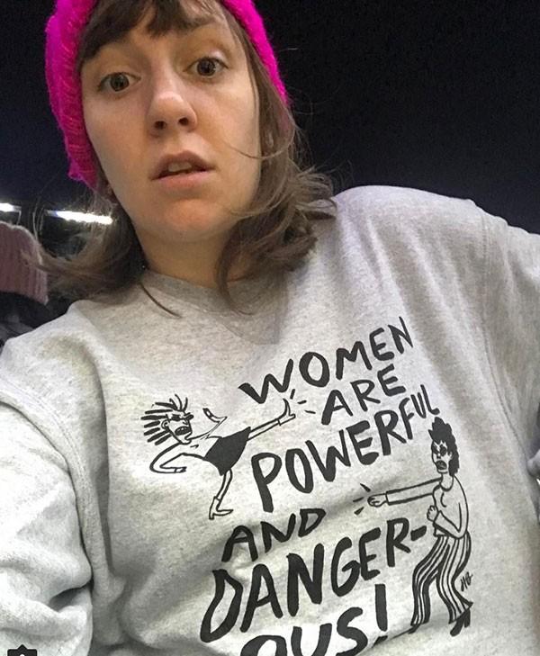 """Lena Dunham com a camiseta """"Mulheres são poderosas e perigosas"""" (Foto: Reprodução/Instagram)"""