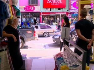 Vendedores ficam parados dentro das lojas (Foto: Reprodução/ TV Gazeta)
