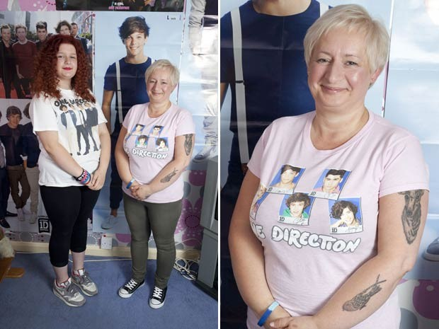 Jayne Bailey, de 47 anos, posa mostrando suas tatuagens ao lado da filha, Aisling, ambas fãs do One Direction (Foto: Caters News/The Grosby Group)