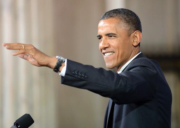 Obama acena para eleitores durante ato de campanha na Filadélfia, na terça (12) (Foto: Jewel Samad / AFP)