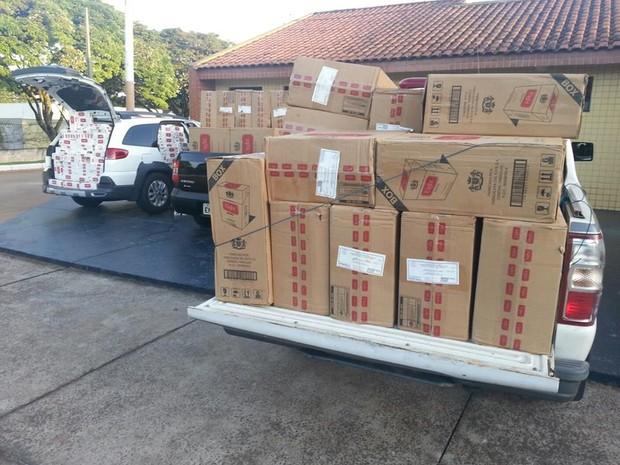 Quatro carros carregados com a mercadoria ilegal foram encontrados com os suspeitos (Foto: Polícia Militar/Divulgação)