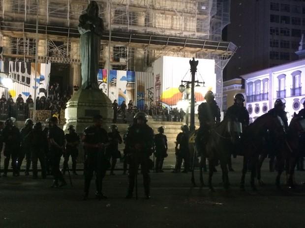 Polícia reforça policiamento em frente à Alerj (Foto: Marco Antônio Martins/G1)
