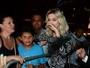 Sophia Abrahão atrai fãs na entrada de baile de carnaval e cai no choro