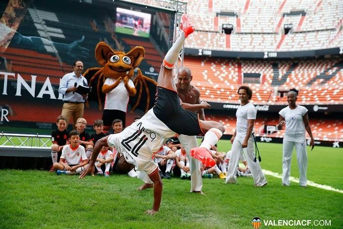 BLOG: Com capoeira e mais de 12 mil torcedores, Nani é apresentado pelo Valencia